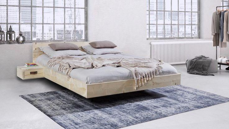 Zwevend houten bed Het bed in lichte Scandinavische stijl. Mooi door zijn eenvoud. Het levendige hout bevat noestjes die het bed karakter geven. Het ledikant hoeft niet aan de muur gemonteerd te worden. Wordt geleverd exclusief lattenbodems. Hoofdbord Het bed wordt geleverd met een hoofdbord van 60 cm Nachtkastjes Het bed is leverbaar met twee bijpassende zwevende nachtkastjes. De nachtkastjes zijn 40 cm breed en 38 cm diep. De nachtkastjes zijn er in een open variant en met lade. Afwerking…