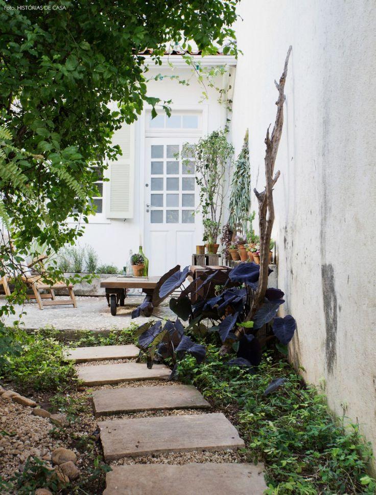 Área externa de casinha dos anos 30 conta com pequeno pátio e edícula.