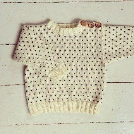 Sød barnesweater med knapper på skulderen i merino og alpakka Designet af den danske strikkedesigner Sofie Bovbjerg (#strikdet)