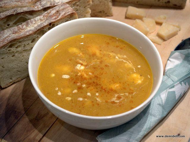 Χειμώνας και ότι καλύτερο μετά από μια κουραστική ημέρα, μια ζεστή σούπα λαχανικών! Χρησιμοποιήσετε οποιοδήποτε λαχανικό έχετε στο ψυγείο σας και πειραματιστείτε. Συνοδεύστε με ζεστό ψωμί και παρμεζάνα ή γραβιέρα.