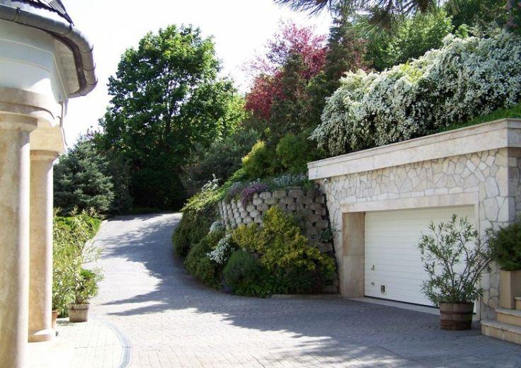 Gyönyörű növényekkel övezett autó felhajtó - Car gate surrounded with beautiful plants Családi ház, villa eladó Remetehegy 754 m² - HomeHunters - Ingatlanok