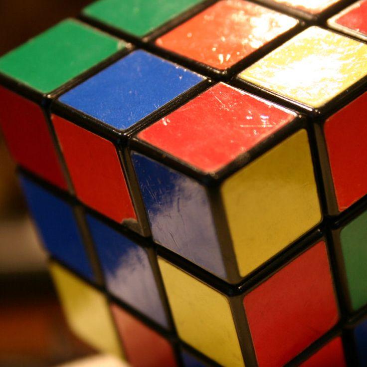 Der Zauberwürfel ( Rubik's Cube ) ist ein mechanisches Geduldsspiel, das vom ungarischen Bauingenieur und Architekten Ernő Rubik erfunden