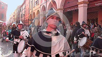 sfilata di ragazzi in costumi medievali  bianco e blu,  by IlViaggiatore. Testo intero sul blog