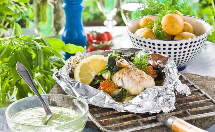 Här har vi samlat några av våra bästa recept när du vill slänga ihop middagen på grillen! Grillspett, fisk i foliepaket och fyllda paprikor med mera.