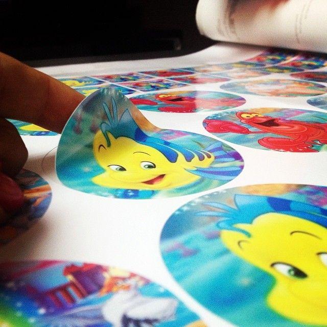 Etiquetas para una fan de #LaSirenita nos encanta adaptarnos a nuestros Cliente! #stikers #flounders #sebastian #disney #roland #plotter #alta #resolución #fiestas #decoración