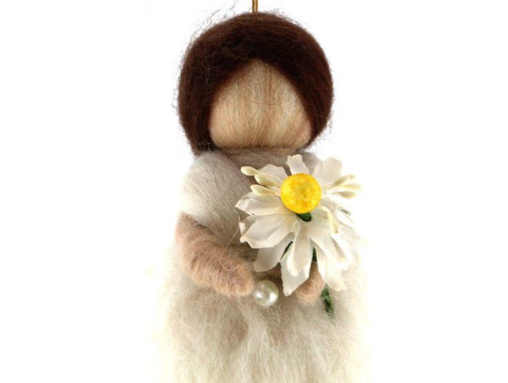 Papatyalı Keçe Bebek (Askılı)Papatyalı keçe bebek,saçları, elindeki papatyavesüzülen bedenindekidetaylar ile tam bir koleksiyon ürünüdür.Doğal keçe, işlemesi oldukça zahmetlibir materyaldir ancak nitelikleri bakımından yüzyıllar