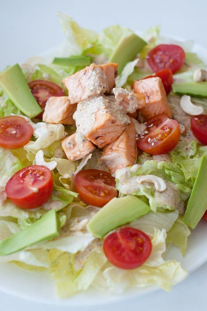 Салат с лососем в острой заправке