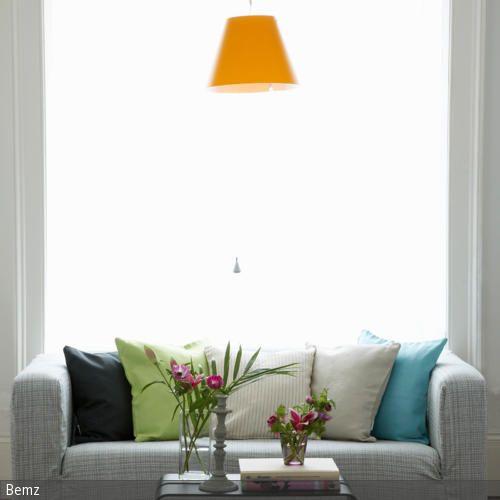 Das karierte Stoffsofa in Grau bietet sich als Leseecke an: Die zahlreichen Kissen in Schwarz, Grün, Grau und Blau laden zum gemütlichen Zurücklehnen ein und …
