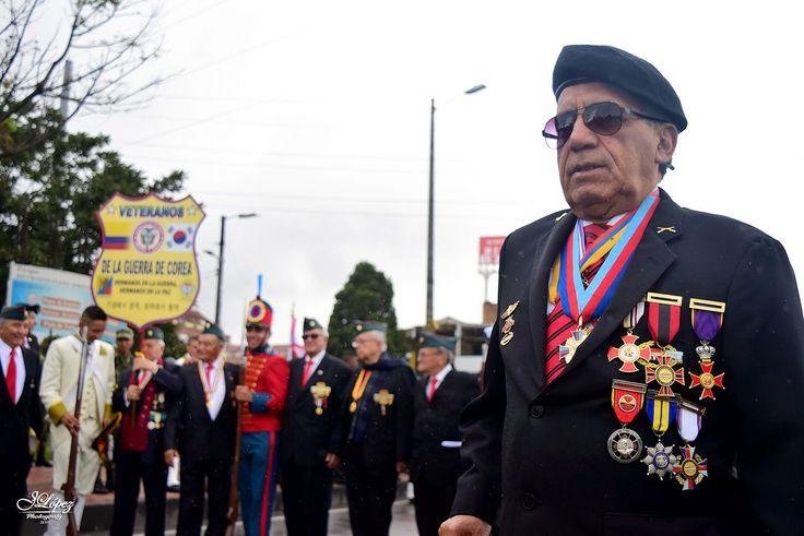 Héroes de la Guerra de Corea en compañía de lanceros y algunos jóvenes con uniformes del ejercito en la época de la colonia de Colombia. Desfile militar del día de independencia.