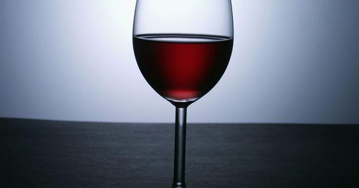 Como remover manchas de vinho tinto em um copo de cristal. Algumas manchas de vinho tinto podem se formar em alguns copos de cristal, já que eles são um pouco porosos. Felizmente, elas são fáceis de se remover com um procedimento em dois passos. Remover as manchas o mais rápido possível é o melhor, mas o processo também funciona para manchas mais antigas.