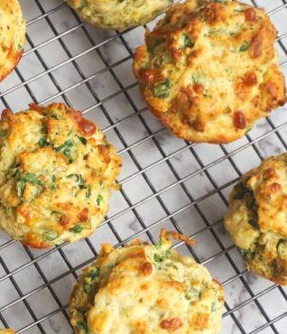 Deze hartige muffins zijn lekker als tussendoortje, maar ook zeer geschikt om mee te ontbijten! Verwen jezelf! ✓ 100 % koolhydraatarm ✓ Makkelijk Afvallen