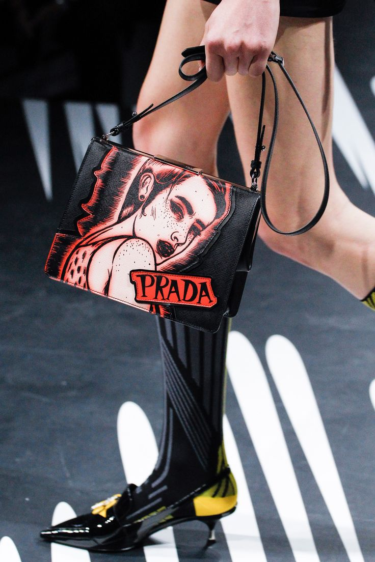 Y A S S S R A Y R A Y© See detail photos for Prada Spring 2018 Ready-to-Wear collection.