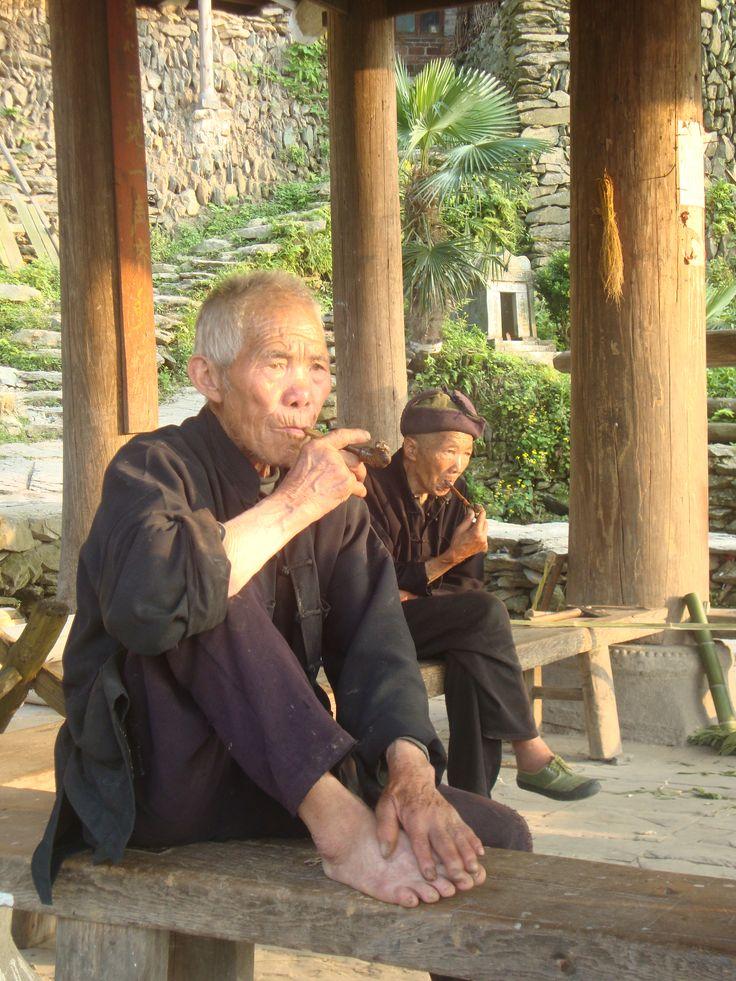 Pijp roken met de locals in #China! Fantastisch! #travelsmartnl