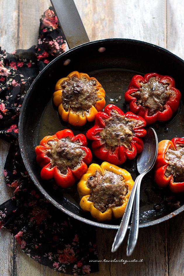 I Peperoni ripieni di carne sono un secondo piatto gustoso, sfizioso e facile da realizzare, a base di peperoni gialli e rossi, carne macinata, olive nere e capperi, ingredienti questi ultimi, che reg