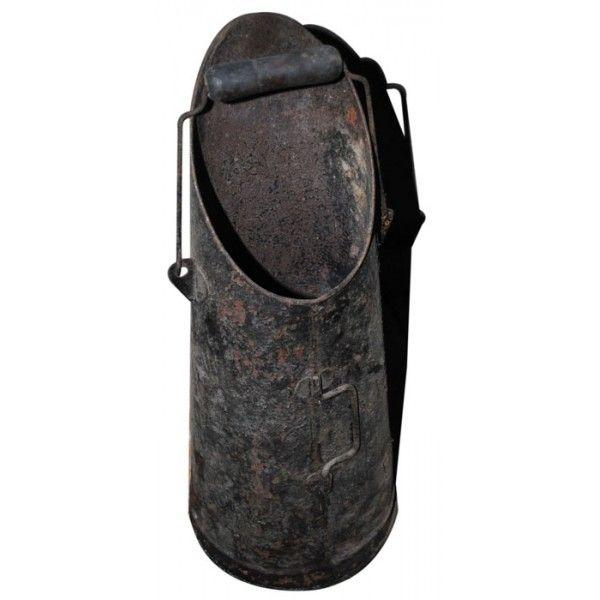 """le seau à charbon... parfois j'avais le droit de prendre à l'aide de la pelle du charbon ou des """"boulets"""" pour les mettre dans le fourneau de la cuisine. Par contre, interdit pour moi l'accès à la chaudière au charbon qui trônait dans la salle à manger chez mes grand-parents paternels (fier de posséder ce chauffage central ;-)"""