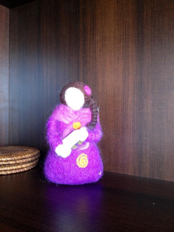 Muñeca esculpida en fieltro.
