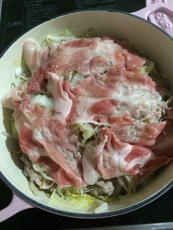 超絶簡単☆水なしミルフィーユ鍋♡ 水なしの白菜ともやし、豚肉のミルフィーユ鍋です!ポン酢やゴマだれなどお好きなタレでどうぞ♡白菜、もやしの大量消費にも!