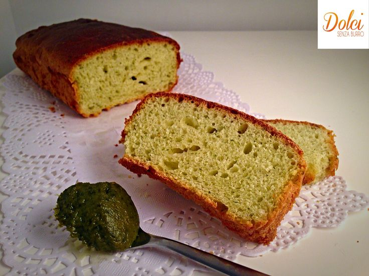 Un goloso Plumcake Salato al Pesto, una ricetta light e vegana senza lattosio e uova realizzata con Cukò di Imetec da dolci senza burro