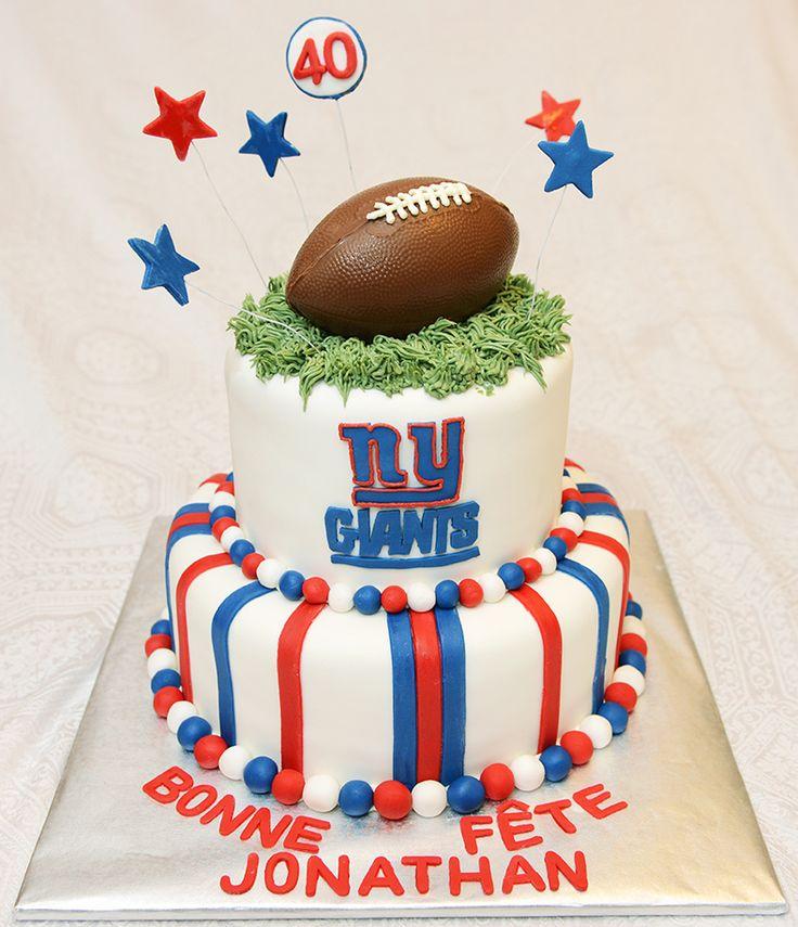 Gâteau 2 étages, 7 pouces et 10 pouces, au chocolat avec glaçage meringue suisse à la vanille et recouvert de fondant. Ballon de football en chocolat. - 85$