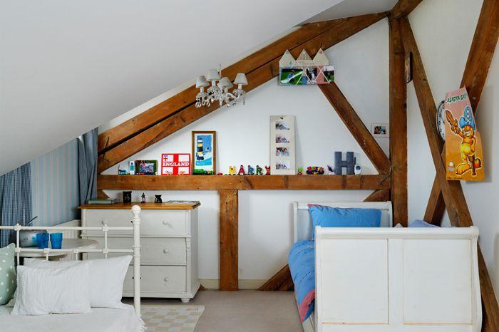 DSC3046 DxO Alb și bleu pastel în dormitorul de la mansardă decorat special pentru doi băieței