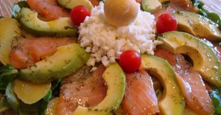 Ingredientes para 2 personas: 3 patatas. 125 gramos de salmón ahumado. 1 aguacate. 100 gramos de canónigos. 4 tomatitos cherry. 2 huevos. E...