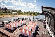 Нежная и чувственная выездная регистрация в нежно персиковых тонах. Арка декорированная живыми цветами, банты на стулья, были выдержаны в общей стилистике. Вдоль стульев были установлены красивые стойки с живыми цветами.