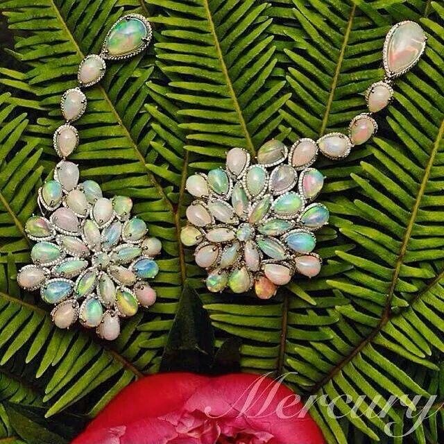 Серьги Chopard Red Carpet Collection из белого золота с опалами и бриллиантами. #MercuryMagazine #журналMercury @chopard #redcarpet #collection #besutiful #earrings #mercury #серьги #опал #бриллианты #красота