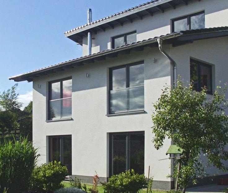 """Unter dem Namen """"Bellevue"""" hat SWS ein zweiseitig liniengelagertes System für Französische Balkone vorgestellt, das ein hohes Maß an Transparenz mit dem Schutz einer absturzsichernden Verglasung nach TRAV verbindet. So bleiben die Vorteile bodentiefer Fenster erhalten - zumal das System ohne Handlauf auskommen kann."""