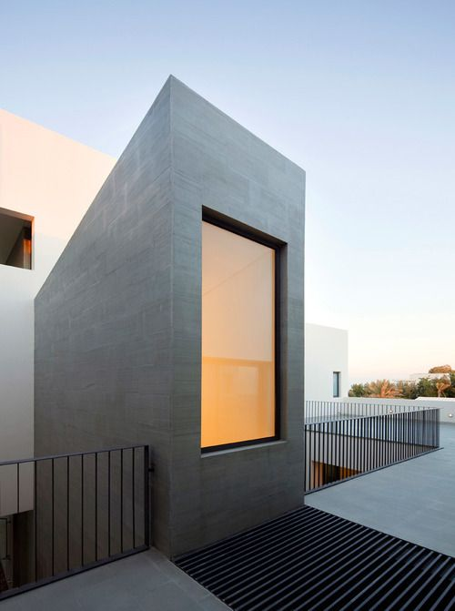 This is an example of a piece that seems to have been erected from the ideal forms and the desire to stay symmetrical.