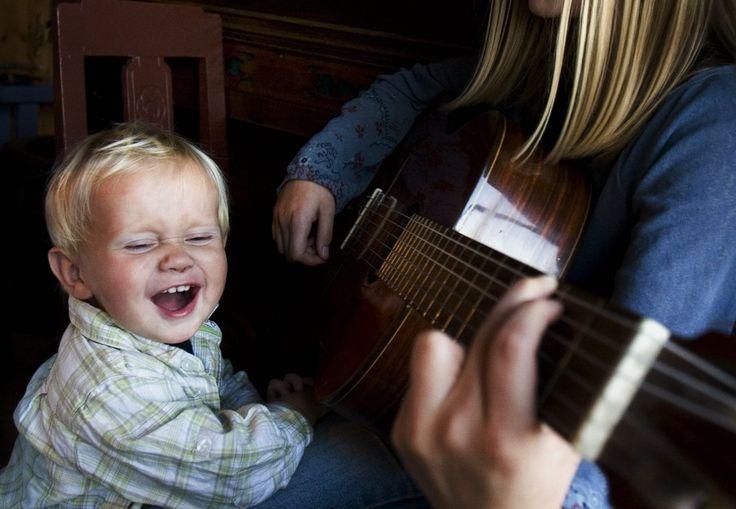 Når barn synger, lærer despråk. Men riktig tempo og toneleie er viktig for at deskal klare å syngemed.