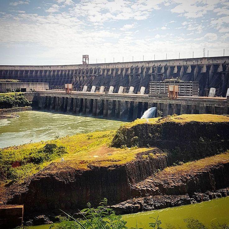"""As linhas elétricas da usina são longas o bastante para circular o globo uma vez ea altura da barragem principal (196 metros) corresponde à altura de um prédio de 65 andares.  Itaipu significa """"pedra na qual a água faz barulho"""" através da junção de itá (pedra) 'y (água rio) e pu (barulho). Era o nome da pequena ilha que havia no atual local da usina antes da obra."""