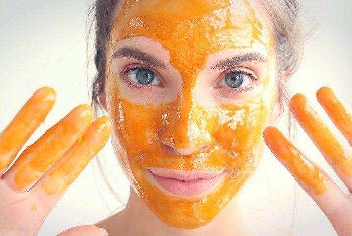 La maschera viso abbronzante ci aiuta a far risaltare il colorito e a far durare di più la nostra tintarella. Scopriamo insieme le ricette semplici e veloci da poter realizzare comodamente a casa.