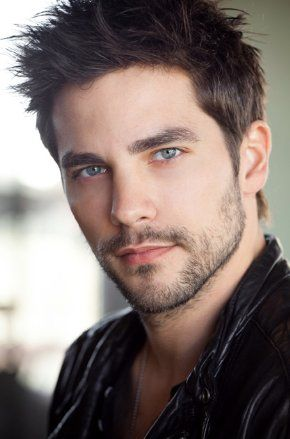 Brant Daugherty - Men's hair, scruff, grooming, and style