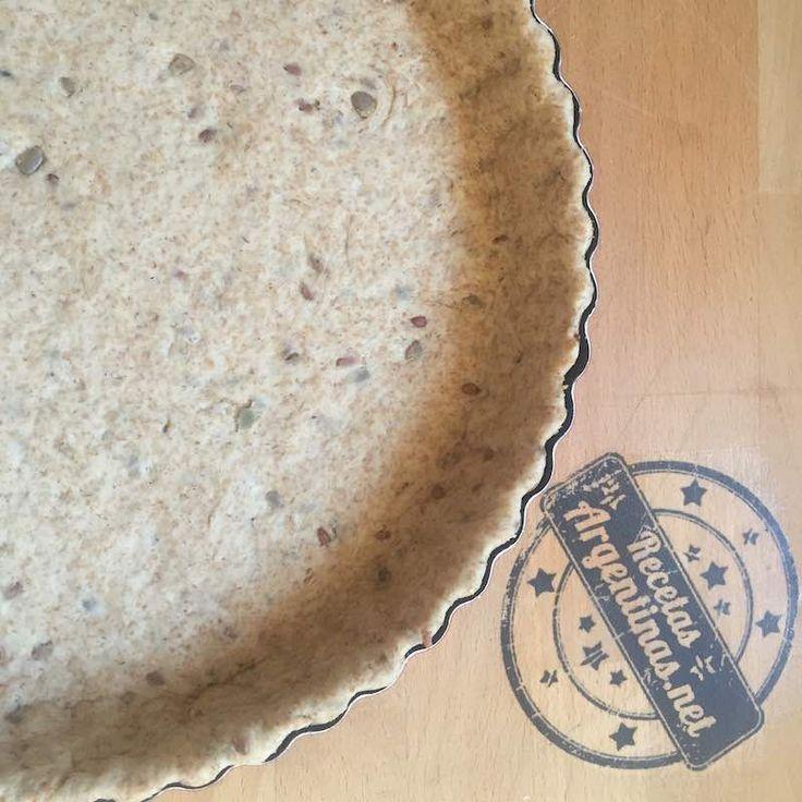 Ingredientes para una tartera de 20 centímetros de diámetro + 2 mini-tartas de 10 centímetros de diámetro.  Harina integral 300 gramos  Sal una cucharadita  Levadura fresca 12 gramos  Agua 150 ml  Aceite 2 cucharadas soperas  Semillas variadas un puñadito ( lino, calabaza, pipas de girasol, chía) podés procesarlas o ponerlas enteras.  Modo de preparación:  Podés hacer la masa en la máquina de pan,