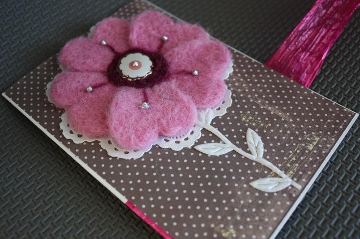 Krajková zahrada III. Unikátní spojení vintage papíru a ručně vyráběné plstěné ozdoby vytváří něžné přání, se kterým dozajista potěšíte své nejbližší... Přání v elegantní růžovo-hnědé barevné kombinaci o rozměrech 10,5 x 15 cm dodáváme s obálkou. Made by Ká & Em Podívejte se i na jiné rozmarnosti v našem krámku, při objednání více výrobků budete ...