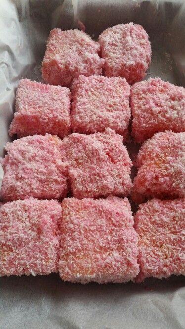 Raspberry  jelly  lamingtons