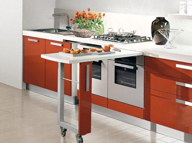 Cucina con penisola estraibile scorrevole con rotelle.