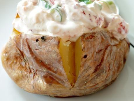 Bakad potatis är superenkelt i ugn, men det blir också gott att grilla potatisarna några minuter över stilla glöd när de bakats färdiga i ugnen.