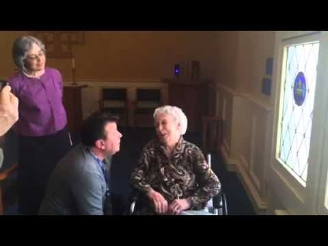 "Touching video of longest living Irish woman singing ""When Irish Eyes are Smiling"" - IrishCentral.com Irish eyes were indeed smiling on the day Kathleen Hayes Rollins Snavely of Syracuse, New York became the longest living person in Irish history."