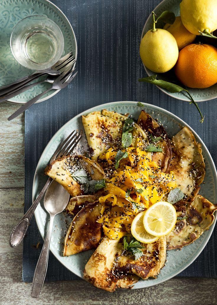 Karnemelk- citroenpannenkoekjes met mango en sesam