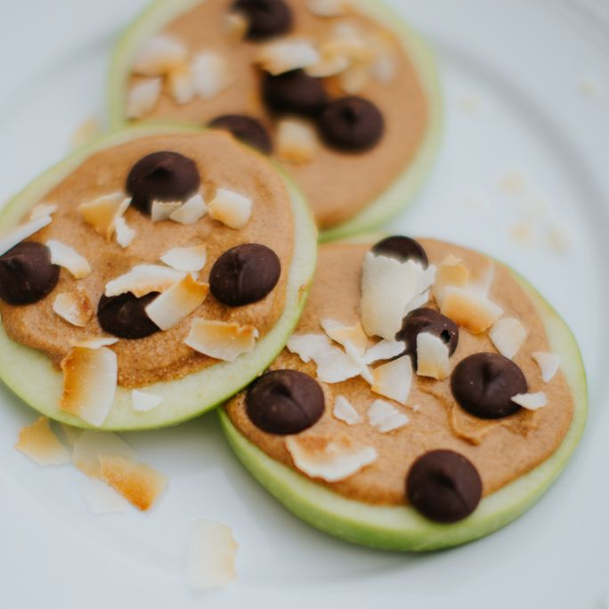 Is there such a thing as a low calorie snack that tastes amazing & keeps us full? YEP! Our ideal apple pizza is a TRIPLE threat, & we can't get enough!  & we think once you get a taste of the amazing recipes on our FREE 15 Day IdealShape For Life meal plan...you'll be JUST as hooked!   Ideal Apple Pizzas ¼ cup almond butter ½ scoop Vanilla IdealShake 1 medium apple 1 tbsp dark chocolate chips 1 tbsp coconut flakes  -Directions- 1. Melt almond butter in microwave for 30 seconds, remove and…