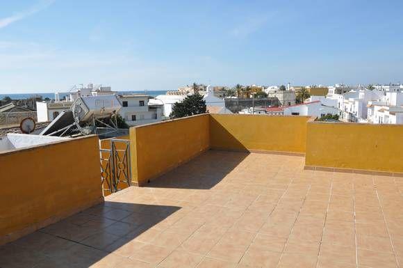 CÁDIZ, ZAHARA. Ref.7087. Ático con solarium de 40 m² con vistas al mar y a la muralla del palacio. Ático nuevo con una capacidad para 4 personas. Dispone de dos dormitorios, salón-cocina, dos baños, terraza amueblada y solarium de 40 m² con vistas al mar y a la muralla del palacio. Situado en una calle muy tranquila en el centro del pueblo, junto a la zona comercial y a 200 m. de la #playa. #IntercambioApartamentoVacaciones #IntercambioVacacional #IntercambioApartamento #Zahara