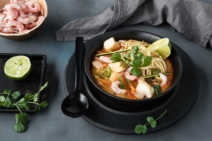 - Fiskesuppe med Kokosmelk og Sambal Oelek - Fish Soup with an indonesian touch; add rice noodles in the soup bowl first, then ladles of soup, - at first make stock of the prawn shells...