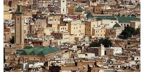 Con dodici secoli di storia, Fez ha un patrimonio culturale e artistico notevole. La sua medina ha molti tesori. Le sue porte, in primo luogo, con l'immagine di Bab Boujloud, costruita nel XII secolo, con le sue piastrelle blu e verdi, il suo legno di cedro intagliato e sculture di stucco.