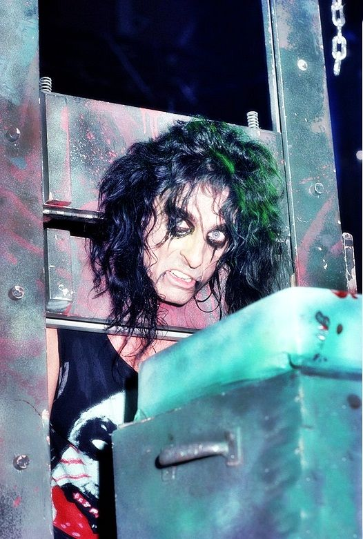 lady-of-the-valley:  Alice Cooper photographed by Ken Settle.