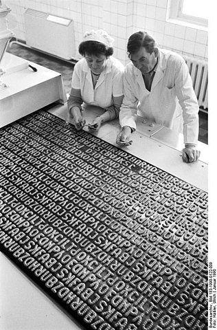 Bundesarchiv_Bild_183-1990-0122-009,_Dresden,_Russisch-Brot-_Herstellung