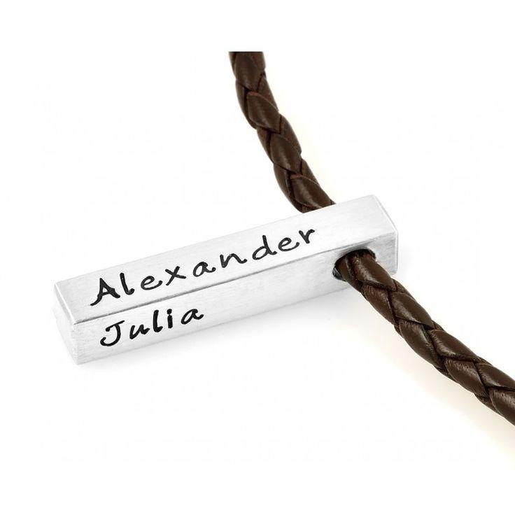 Eine Silberbarren Kette für Männer mit Gravur. Auf dem Anhänger können Wunschnamen oder Koordinaten rauf designed werden.Der Anhänger hängt an einer geflochtenen Lederkette.