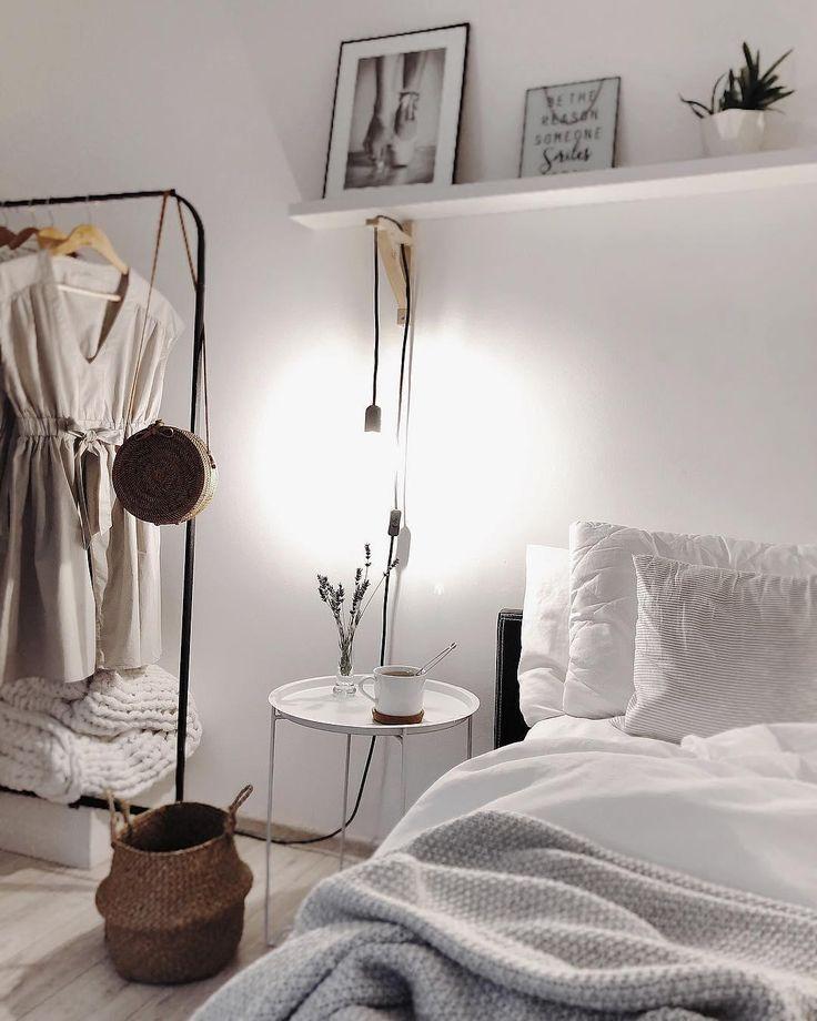 White Dreams! In diesem wunderschönen Schlafzimmer stimmt jedes Detail. Eine einzigartige Bettwäsche, Deko-Accessoires, sanfte Farben und eine tolle Gallery Wall sorgen für einen luftig leichten Sommer Look. Just perfect! // Schlafzimmer Ideen Bettwäsche Bett Korb Leuchte Kleiderstange Nachttisch Weiss White Skandinavisch #Schlafzimmer #Schlafzimmerideen #Bettwäsche #Bett #Kissen #Hocker #Nachttisch #Skandinavisch #Weiss@taannamadwochsynow