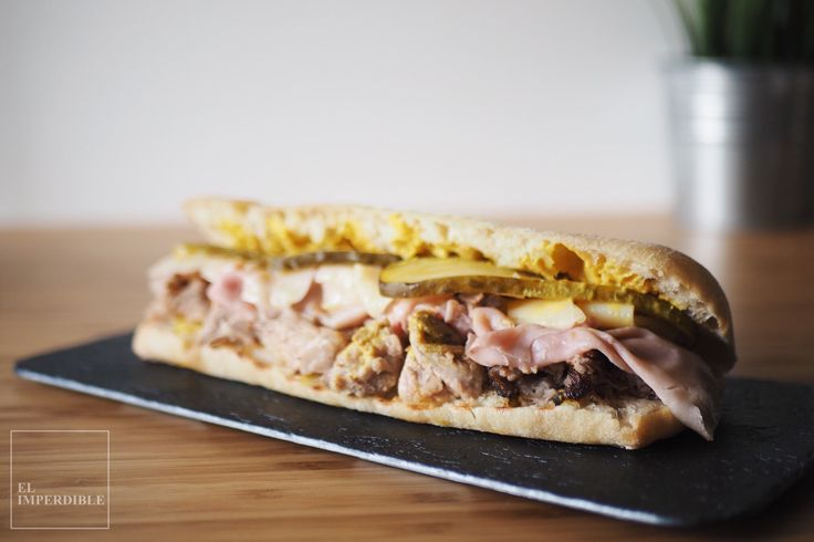 Entre la carne marinada y la mezcla de queso, jamón york, pepinillos y mostaza el Sándwich Cubano tiene un sabor que engancha. Foto por Asier G. Morato.