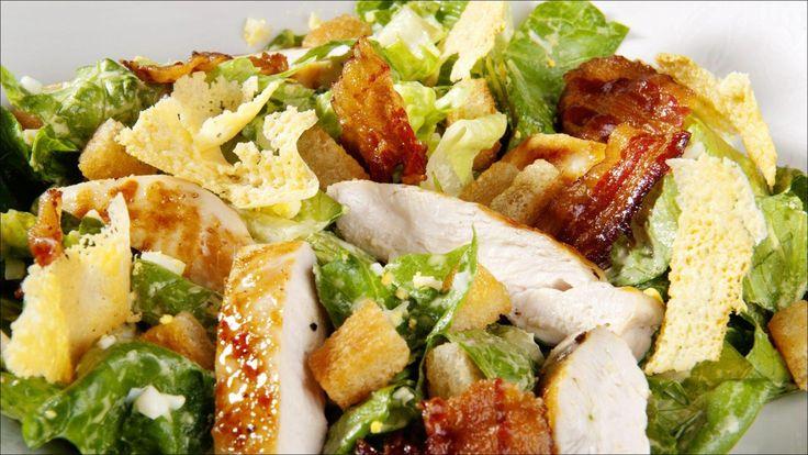 Cæsarsalat med kylling, sprøtt bacon og ansjos